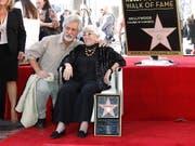 Späte Ehrung in Hollywood: Die 91-jährige Regisseurin Lina Wertmüller ist mit einem Stern auf dem berühmten «Walk of Fame» ausgezeichnet worden. (Bild: KEYSTONE/EPA/NINA PROMMER)