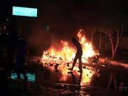 Bei Anti-Regierungs-Protesten im Irak sind erneut mindestens 17 Menschen getötet worden - auf dem Bild Ausschreitungen im zentralirakischen Kerbela. (Bild: KEYSTONE/EPA/FURQAN AL-AARAJI)
