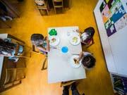 Mehr als die Hälfte aller Schülerinnen und Schüler mit einer Lernschwäche sind heute in Regelklassen gut integriert. (Bild: KEYSTONE/Ti-Press/SAMUEL GOLAY)