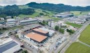 Die Ernst Sutter AG (rechts oben) liefert ab Ende Jahr auch Wärmeenergie an die City-Garage AG (Bildmitte). (Bild: Benjamin Manser -12. Juni 2017)