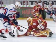 Biels Goalie Elien Paupe wird vom Zürcher Marco Pedretti in Bedrängnis gebracht (Bild: KEYSTONE/PETER SCHNEIDER)