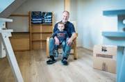 Reto Brändle und Sohn Nevio sitzen in einem der frisch renovierten Zimmer.Bild: Reto Martin