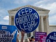 Gegner von Abtreibungsverboten protestieren vor dem obersten US-Gericht in Washington im Mai. (Bild: KEYSTONE/EPA/SHAWN THEW)