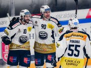 Jubel bei Ambri im Derby. Von links: Bryan Flynn, Jannik Fischer, Christian Pinana (Bild: KEYSTONE/Ti-Press/SAMUEL GOLAY)