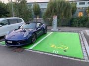 Der Porsche auf dem E-Parkplatz. (Bild: Facebook)