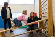 Fachstellenleiterin Silvia Felber (links) mit Lisa und ihrer Mutter Franziska Gut. (Bild: Dominik Wunderli, Sursee, 11. April 2019)