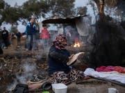 Die Schweiz liefert 600 wintertaugliche Zelte auf die griechische Insel Lesbos, wo im Durchgangszentrum Moria wegen unzureichender Infrastruktur schwierige Bedingungen herrschen. (Bild: KEYSTONE/AP/PETROS GIANNAKOURIS)