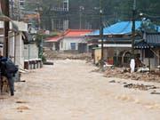 Überflutete Strassen, zusammengestürzte Gebäude: Der Taifun Mitag forderte in Südkorea mindestens zehn Tote. Im Bild der Ort Samcheok. (Bild: KEYSTONE/EPA YNA/YONHAP)