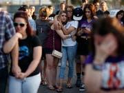 Überlebende des Las-Vegas-Massakers erhalten Entschädigungen einer US-Hotelkette. Das ist das Ergebnis eines Vergleichs. (Archivfoto) (Bild: KEYSTONE/AP/JOHN LOCHER)