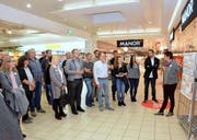 Gewerbler aus Rickenbach und Wilen lassen sich im Coop Breite über die Zukunftspläne fürs Einkaufszentrum informieren. (Bild: Christoph Heer)