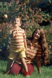 Glücklich vereint: Beatrix Smit mit ihrem Sohn Simon nach der Rückkehr aus Indien. (Bild: Rémy Markowitsch)