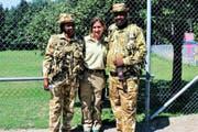 Ankunft der kenianischen Ranger im Zoo: Faith Mutunga, Zoodirektorin Karin Federer und Daniel Lelimo. (Bild: SRF)