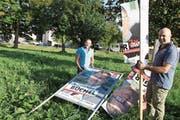 Erich Breitenmoser, Präsident der SVP Widnau (links), und Dani Brenner vor den zerstörten Plakaten. (Bild: Susi Miara)