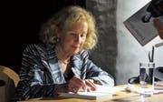Eveline Hasler (86) beim Signieren in Baar. Bild: Bibliothek Baar