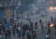 Die Demonstranten in Bagdad blockieren Strassen und setzten Reifen in Brand. Die Sicherheitskräfte reagieren mit Tränengas, Wasserwerfern und scharfer Munition. . (Bild: AP Photo/Hadi Mizban)