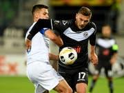 Luganos Balint Vecsei (rechts) im Zweikampf mit Dynamos Schepeljew (Bild: KEYSTONE/Ti-Press/SAMUEL GOLAY)