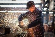 Noch sprühen die Funken im Maschinen- und Metallbau. (Bild: Benjamin Manser)