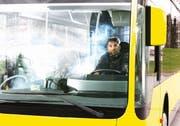Autor und Darsteller Tobias Fend spielt in seinem Solostück «Bus» gleich mehrere Rollen. (Bild: PD)