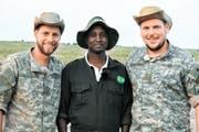 Im Masai Mara Nationalpark: Dominic Kast, Chef Mathew Mutinda, Simon Seiler. (Bild: SRF)