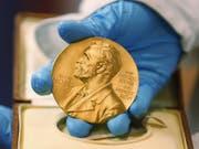 Obwohl es inzwischen höher dotierte Forschungspreise gibt, gilt der Nobelpreis nach wie vor als die renommierteste Auszeichnung für Forschende. (Bild: Keystone/AP/FERNANDO VERGARA)