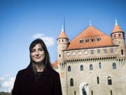 Die Waadtländer Staatsrätin Rebecca Ruiz (SP), hier vor dem Sitz der Kantonsregierung, muss der Staatsanwaltschaft Auskunft geben. (Bild: Keystone/JEAN-CHRISTOPHE BOTT)