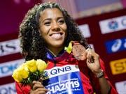 Mujinga Kambundji zeigt strahlend ihre Bronzemedaille (Bild: KEYSTONE/JEAN-CHRISTOPHE BOTT)