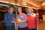 Spende in Form eines symbolischen Apfels: Dorji Tsering, Manuela Hornschuch und Gisela Luterbacher bei Übergabe. (Bild: Christina Weder)
