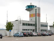 Auf dem Flugplatz Payerne VD ist in der Nacht auf Mittwoch ausnahmsweise ein Spezialflugzeug aus Spanien gelandet. An Bord hatte es ein Organ für eine wichtige Operation in einem Westschweizer Spital. (Bild: KEYSTONE/CHRISTIAN BRUN)