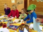 In der Bibliothek Sproochbrugg in Zuckenriet gestalteten Kinder aus Naturmaterialien ein Buch. (Bild: PD)