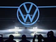Der VW-Konzern hat in den ersten neun Monaten im laufenden Geschäft deutlich mehr Gewinn erzielt als im Vorjahreszeitraum. (Bild: KEYSTONE/EPA/DAVID HECKER)
