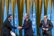 Ahamad Kuzbari (links) von der syrischen Regierung beim Handschlag mit Geir O. Pedersen, dem UNO-Sondergesandten. Rechts sitzt Hadi al-Bahra, Vertreter der Opposition. Bild: Keystone