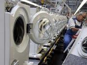 Der Hausgerätehersteller Miele plant einen einschneidenden Stellenabbau. Bis Ende 2021 sollen in einem ersten Schritt weltweit rund 1070 Stellen gestrichen werden. (Bild: KEYSTONE/AP/ROBERTO PFEIL)