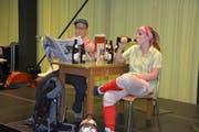 Julia Z'graggen und Daniel Arnold von der Theatergruppe Altdorf zeigen ihr schauspielerisches Talent.