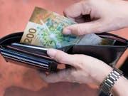 In der Schweiz dürften die Löhne laut einer Umfrage der UBS im kommenden Jahr im Durchschnitt leicht steigen. Nach Abzug der Teuerung bleibt den Schweizer Angestellten 0,3 Prozent mehr im Portemonnaie. (Bild: KEYSTONE/CHRISTIAN BEUTLER)