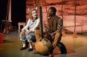 Autorin Vreni Achermann (links) und Sadio Cissokho im Stück «Giraffenland». (Bild: Yvonne Imbach, Willisau, 26. Oktober 2019)