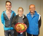 Der Präsident des Trägervereins LSO Zentralschweiz mit den Geehrten; von links: Fabio Wyrsch (Nationalkader Gewehr olympisch), Belinda Gamma, abtretende Aktuarin und Adi Arnold, Präsident.Bild: PD