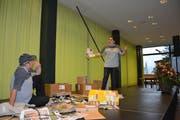 Stefanie Hanselmann und Bruno Gisler von der Theatergruppe Altdorf spielten zwei Postboten.