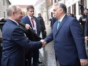 Der ungarische Regierungschef Orban (rechts) als Brückenbauer zum Osten? Im Bild: Begrüssung des russischen Präsidenten Putin (links) in Budapest. (Bild: KEYSTONE/EPA SPUTNIK POOL/ALEXEY NIKOLSKY / SPUTNIK / KREMLIN PO)