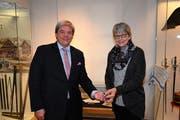 Regierungsrat Daniel Wyler übergibt den Poststempel Klara Spichtig, Leiterin Historisches Museum Obwalden. (Bilder: Romano Cuonz, Sarnen, 30.Oktober 2019)