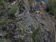 Blick von der Deponie in Richtung Steinbruch Gasperini. Eine so genannte Berme soll die Sicherheit der Arbeiten auf der Deponie erhöhen. (Bild: PD)