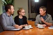 Marc und Selina Tuchschmid im Gespräch mit dem aktuellen «Mettlenhof»-Pächter Alfons Götte.