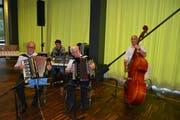 Das Handorgelduo Huser-Brun besteht aus drei Musikanten: Michel Huser und Hans Brun am Akkordeon und Toni Trachsel am Bass.