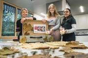 Lehrerin Christa Büchel mit zwei Schülerinnen und den Spitzbuben im Stadtlogo-Design. (Bild: Andrea Stalder)