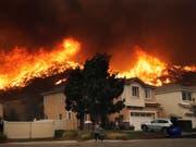Flammen in Santa Clarita, wenige Kilometer nördlich von Los Angeles. (Bild: KEYSTONE/AP/MARCIO JOSE SANCHEZ)