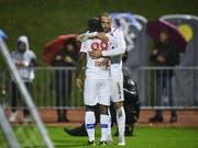 Pajtim Kasami und Seydou Doumbia freuen sich über den Sieg beim FC Linth (Bild: KEYSTONE/GIAN EHRENZELLER)