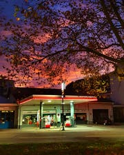 Momentaufnahme. Die schön ausgeleuchtete Tankstelle an der Bogenstrasse mit morgenroten Wolken als Hintergrund. (Bild: René Rödiger - 24. Oktober 2019)
