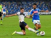 Remo Freuler im Duell mit Napolis Lorenzo Insigne (Bild: KEYSTONE/AP ANSA/CIRO FUSCO)