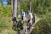Biker im Wald: Im Bild sind Mountainbiker auf einem für sie freigegebenen Weg, also legal unterwegs. (Bild: Olivia Hug - 25. April 2014)