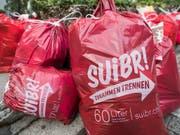 «Suibr» soll es sein: Abfallgebühren decken landesweit nur 72 Prozent der Kosten. Im Bild: Gebührensäcke der Gemeinde Stans NW, beschriftet im lokalen Dialekt. (Bild: KEYSTONE/URS FLUEELER)