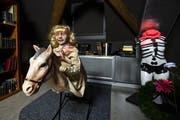 Das Schaukelpferd mit der blonden Puppe. (Bild: KEYSTONE/Alexandra Wey)